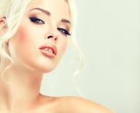 Härlig blondin med mystisk blick Arkivfoto