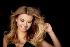 Härlig blondin, retro stil Frisyr i stilen av Abba disko Royaltyfria Foton