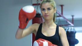 Härlig blondin som stannas i boxninghandskar arkivfilmer
