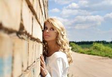 härlig blondy flicka Royaltyfria Bilder