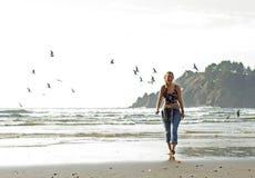Härlig bohemisk kvinnlig som går Stilla havetstranden i Oregon Arkivbilder