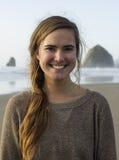 Härlig bohemisk kvinnlig som går Stilla havetstranden i Oregon Royaltyfri Fotografi