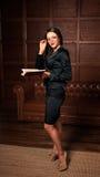härlig bokavläsningskvinna Royaltyfria Bilder