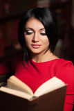 härlig bokavläsningskvinna Royaltyfri Foto