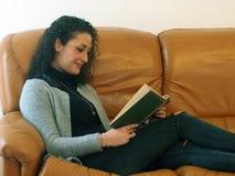 härlig bokavläsningskvinna Arkivfoton