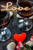 Härlig bokstavsFÖRÄLSKELSE på exponeringsglas av vin Arkivbilder