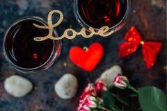 Härlig bokstavsFÖRÄLSKELSE på exponeringsglas av vin Fotografering för Bildbyråer