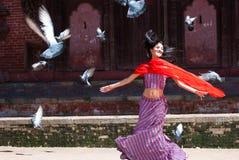 Härlig Bollywood aktrisdans i den Durbar fyrkanten Nepal royaltyfri foto