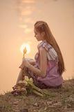 Härlig bonde för ung kvinna som samlar lotusblomma Fotografering för Bildbyråer