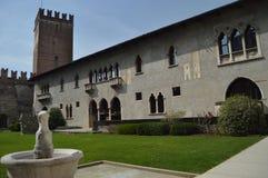 Härlig borggård inom den Castelvecchio slotten i Verona Lopp ferier, arkitektur Mars 30, 2015 Verona Veneto region, royaltyfria bilder