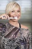 härlig borsta tandkvinna Arkivbild