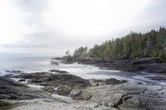 Härlig botanisk strand - lång exponering, port Renfrew sätta på land tiden våta vancouver för sanden för pölar för aftonön den lå Royaltyfria Bilder