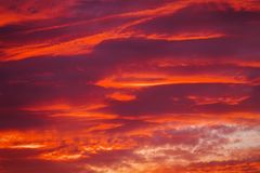 Härlig brännhet solnedgånghimmel arkivbild