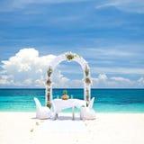 Härlig bröllopbåge på den tropiska stranden Royaltyfri Bild