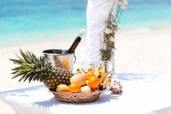 Härlig bröllopbåge på den tropiska stranden Arkivbilder