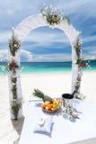 Härlig bröllopbåge på den tropiska stranden Fotografering för Bildbyråer