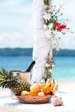 Härlig bröllopbåge på den tropiska stranden Arkivfoton