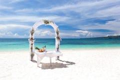 Härlig bröllopbåge på den tropiska stranden Royaltyfri Fotografi