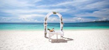 Härlig bröllopbåge på den tropiska stranden Arkivbild
