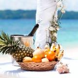 Härlig bröllopbåge på den tropiska stranden Arkivfoto