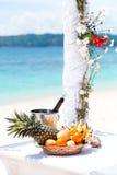 Härlig bröllopbåge på den tropiska stranden, fokus på flaskan Arkivbild