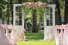 Härlig bröllopbåge som dekoreras med rosor och peons, closeup royaltyfri foto