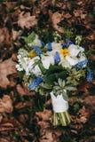 Härlig bröllopbukett av olik vit, blått, grön blomma Fotografering för Bildbyråer