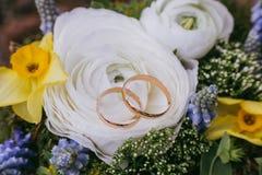 Härlig bröllopbukett av olik vit, blått, grön blomma Royaltyfria Bilder