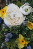 Härlig bröllopbukett av olik vit, blått, grön blomma Arkivbild