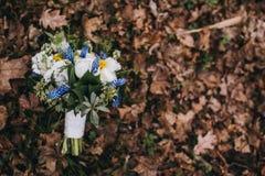 Härlig bröllopbukett av olik vit, blått, grön blomma Arkivfoto