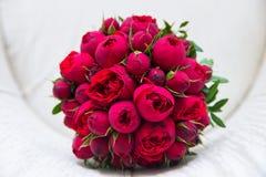 Härlig bröllopbukett av röda rosor Arkivfoton