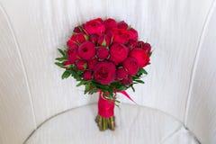 Härlig bröllopbukett av röda rosor Royaltyfri Foto