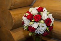 Härlig bröllopbukett av röda rosor Arkivbild