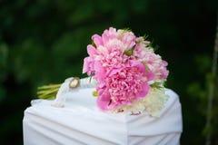 Härlig bröllopbukett av rosa peons, slut upp royaltyfri fotografi