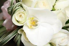 Härlig bröllopbukett av rosor och orkidér Royaltyfri Bild