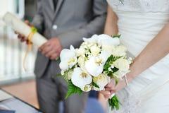 Härlig bröllopbukett i brudens händer Arkivfoton