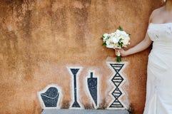 Härlig bröllopbukett i brudhanden Arkivfoto