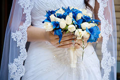 Härlig bröllopbukett i bruds hand slapp fokus Royaltyfri Fotografi