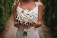 Härlig bröllopbukett i händer av bruden royaltyfria bilder