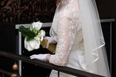 Härlig bröllopbukett i händer av bruden Arkivbilder
