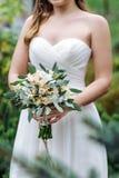 Härlig bröllopbukett i händerna av bruden Arkivfoton