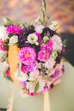 Härlig bröllopbukett med olika blommor, rosor Arkivbilder