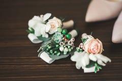 Härlig bröllopbukett med olika blommor, rosor Fotografering för Bildbyråer