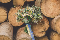 Härlig bröllopbukett mellan trä royaltyfria foton