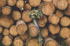 Härlig bröllopbukett mellan trä royaltyfria bilder