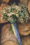 Härlig bröllopbukett mellan trä arkivbilder