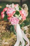 Härlig bröllopbukett på gräset arkivbild