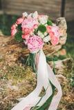 Härlig bröllopbukett på gräset royaltyfri fotografi