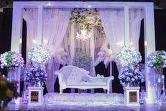 Härlig bröllopetapp med purpurfärgat ljus Grund DOF Arkivbild