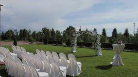 Härlig bröllopgarnering för förbindelseregistreringen, garneringuppsättning på bron i ett härligt ställe utomhus- lager videofilmer